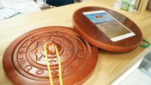 [話題]──銅鏡を持って弥生にどーんと突撃! 《AR唐古・鍵遺跡~よみがえる弥生のムラ~》体験用iPad貸出スタート in 唐古・鍵遺跡史跡公園──
